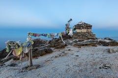 Buddistiska bönflaggor på en buddist chorten på Arkivfoton