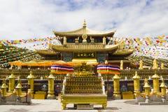Buddistiska bönflaggor på Kina tempe arkivfoton