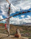Buddistiska bönflaggor som fladdrar i vinden arkivbild