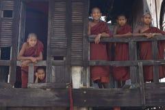 buddistiska burma monks myanmar Arkivbilder