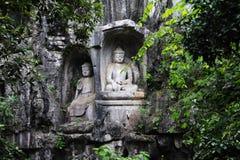 Buddistiska carvings i Feilai Feng Caves royaltyfria bilder