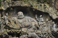 Buddistiska carvings i Feilai Feng grottor arkivbilder