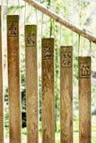 Buddistiska chimes i trädgården arkivbilder