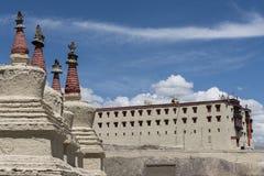 Buddistiska chortens framme av den Leh slotten Arkivbild