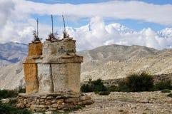 Buddistiska chortens mot bakgrunden av Annapurnaen snöar massiven i de Himalayan bergen arkivfoton