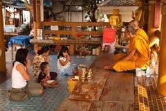 buddistiska familjmonks betalar thai respects till Arkivbilder
