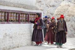 Buddistiska gamla kvinnor under mystisk maskering som dansar Tsam gåta, dansar i tid av Yuru Kabgyat den buddistiska festivalen p Arkivfoto