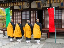 buddistiska gruppmonks royaltyfria foton