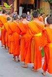 buddistiska laos monks Arkivfoto