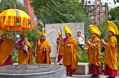 Buddistiska monks rymmer en ritual i fredträdgårdarna Royaltyfri Bild
