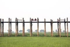 Buddistiska munkar, bro för U Bein, Amarapura, Myanmar Arkivfoto