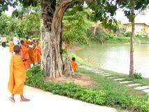 Buddistiska munkar - Cambodja Royaltyfri Bild