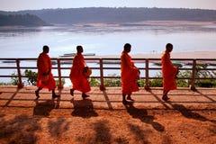Buddistiska munkar går med en bunke Royaltyfria Bilder