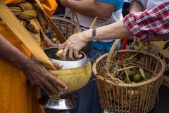 Buddistiska munkar ges mat som erbjuder från folk Arkivbild