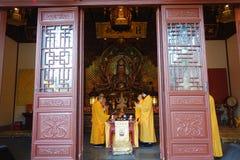 Buddistiska munkar i den Lingyin templet royaltyfri fotografi