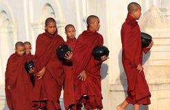 Buddistiska munkar med tiggeribunkar Royaltyfri Fotografi
