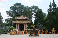 Buddistiska munkar nära templet, Nha Thrang, Vietnam Arkivbild