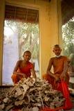 Buddistiska munkar och ben av Wat Thmei, Siem Reap, Cambodja Arkivfoto