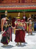 Buddistiska munkar och Ladakhi maskerade aktörer under den årliga Hemis festivalen i Ladakh, Indien royaltyfri foto