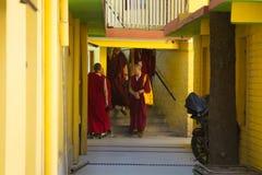 Buddistiska munkar på den Dalai Lama uppehållet royaltyfri bild