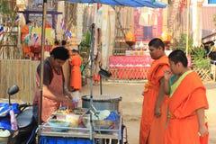 Buddistiska munkar på den Wat Phan Tao templet, Chiang Mai, Thailand Arkivfoto