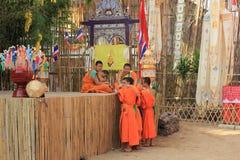 Buddistiska munkar på den Wat Phan Tao templet, Chiang Mai, Thailand Arkivbild