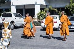 Buddistiska munkar på en gå Arkivfoton