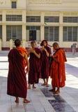 Buddistiska munkar p? monateryen royaltyfria bilder