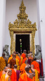 Buddistiska munkar skriver in Wat Pho Royaltyfri Bild