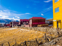 Buddistiska munkar som bygger i Yarchen Gar Monastery Arkivfoto