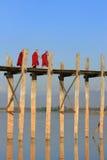Buddistiska munkar som går på bron för U Bein, Amarapura, Myanmar Royaltyfri Bild