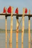 Buddistiska munkar som går på bron för U Bein, Amarapura, Myanmar Royaltyfria Foton