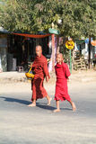 Buddistiska munkar som går på gatan av Thazi på Myanmar Arkivbild