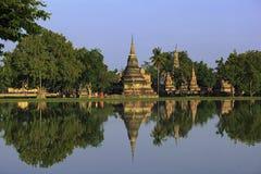 Buddistiska munkar som går reflexion Arkivbilder