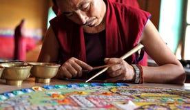 Buddistiska munkar som gör sandmandalaen Royaltyfria Foton