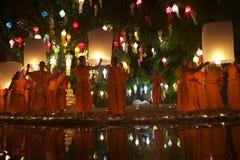 Buddistiska munkar som lanserar brandlyktor på festivalen arkivfoton