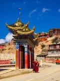 Buddistiska munkar som promenerar gatan i Yarchen Gar Monastery Royaltyfria Bilder