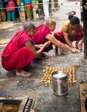 Buddistiska munkar som välsignar folk på den buddistiska relikskrin Swayambhunath Stupa Nepal Kathmandu Royaltyfria Foton