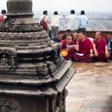 Buddistiska munkar som välsignar folk på den buddistiska relikskrin Swayambhunath Stupa Nepal Kathmandu Arkivfoton
