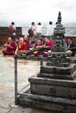 Buddistiska munkar som välsignar folk på den buddistiska relikskrin Swayambhunath Stupa Nepal Kathmandu Arkivbilder