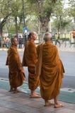 Buddistiska munkar som väntar på bussen i Thailand Arkivbilder