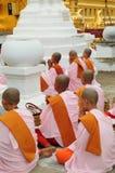 buddistiska myanmar nunnor Arkivbilder