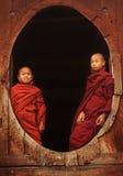 Buddistiska noviser på en teakträkloster Royaltyfri Foto