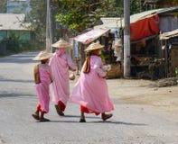 Buddistiska nunnor går på gatan i Mandalay, Myanmar Fotografering för Bildbyråer