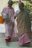 Buddistiska nunnor i Myanmar Arkivbilder