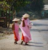 Buddistiska nunnor som går för morgonallmosa Arkivfoton