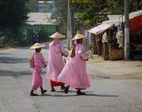Buddistiska nunnor som går för morgonallmosa Royaltyfri Fotografi