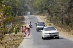 Buddistiska nunnor som promenerar en gata Royaltyfri Foto