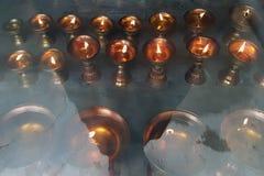 Buddistiska olje- lampor för bönen, brännande sakral brand, Tibet, himalayasna Royaltyfri Foto