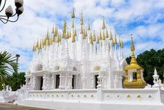 Buddistiska pagoder av den Phong Sunan templet i Thailand Arkivfoto